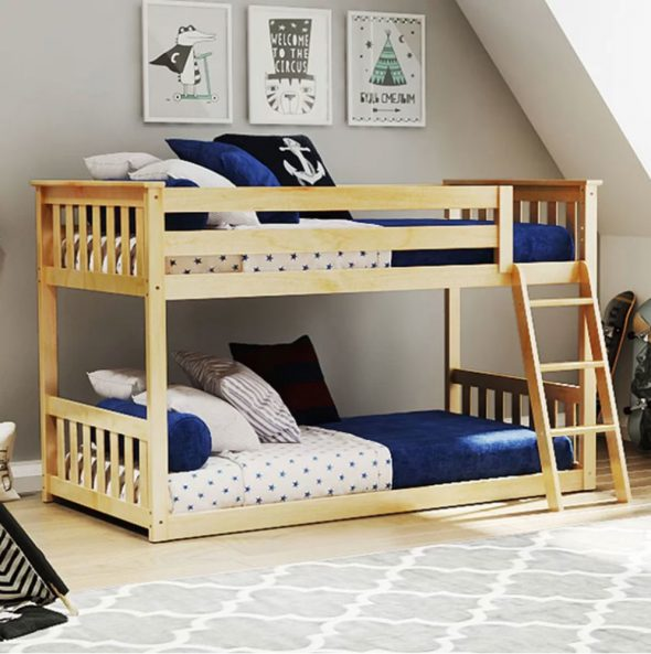 Небольшая кровать с параллельными ярусами