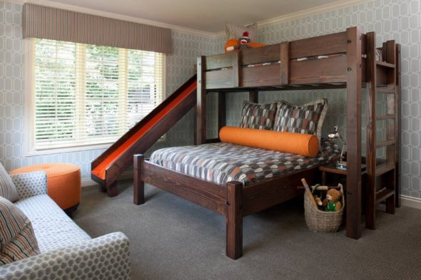 Деревянная кровать, дополненная горкой