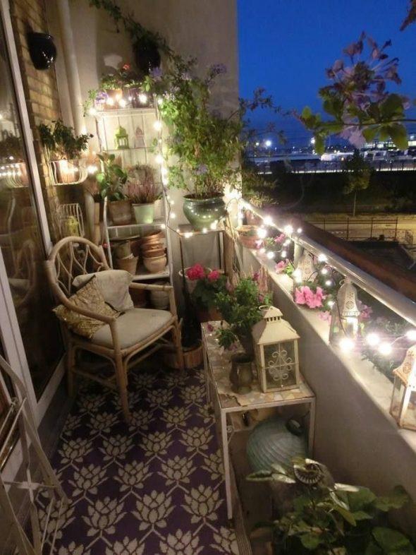 Романтическая обстановка и освещение балкона