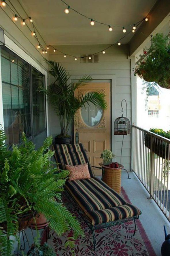 Балкон с озеленением и лежаком