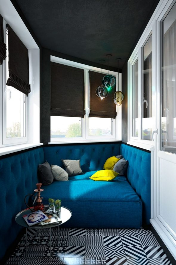 Балкон с мягкой обивкой и диваном синего цвета