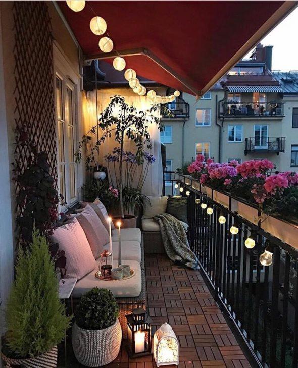Балкон с гирляндой и свечами