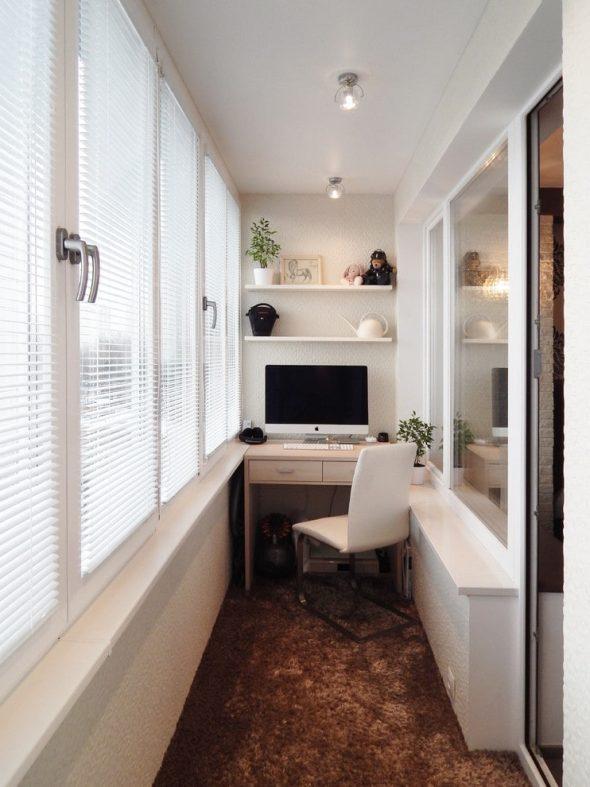 Балкон с компьютерным столом и полками