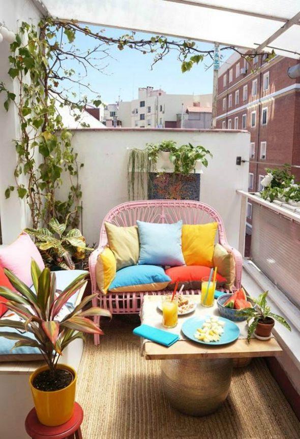 Балкон в ярких летних цветах
