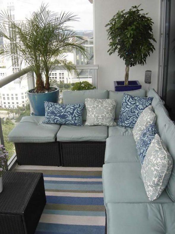 Балкон с угловым диваном