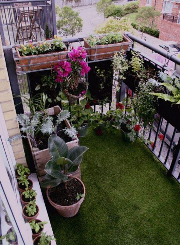 Маленькая лужайка на балконе