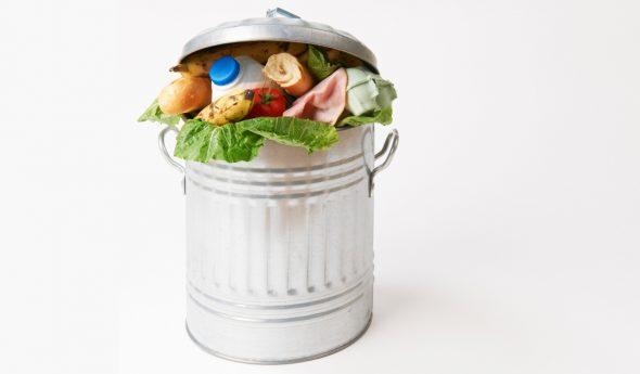 Просроченные продукты в мусорном ведре