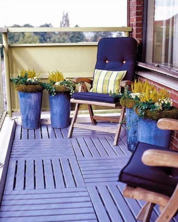 Синяя мебель и полосы