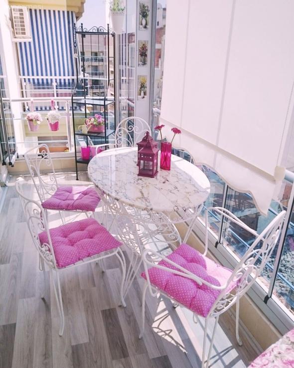 Балкон с кованной мебелью