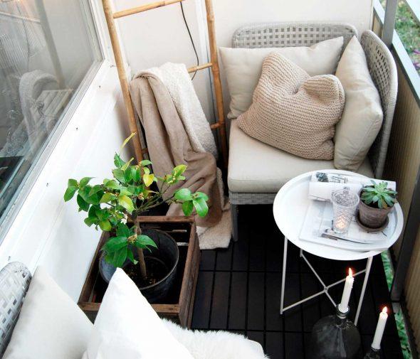 Балкон с простым оформлением