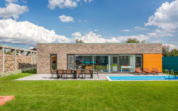 Дом с бассейном и лужайкой
