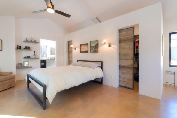 Просторная спальня в одноэтажном доме