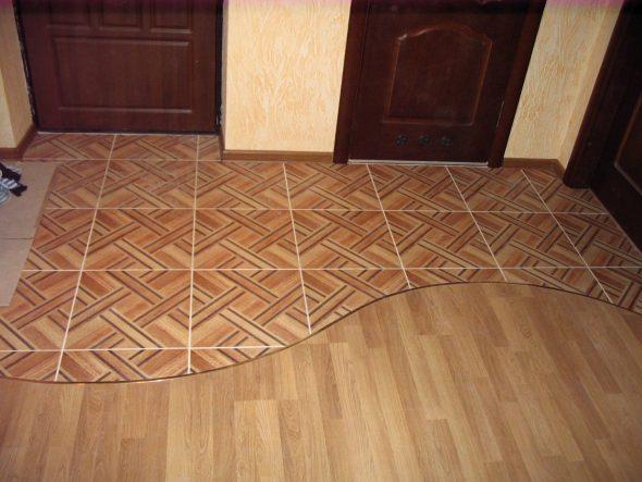 Сочетание плитки и ламината на полу в коридоре