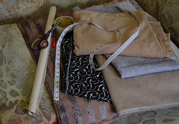 Ножницы, отрезы ткани и сантиметровая лента