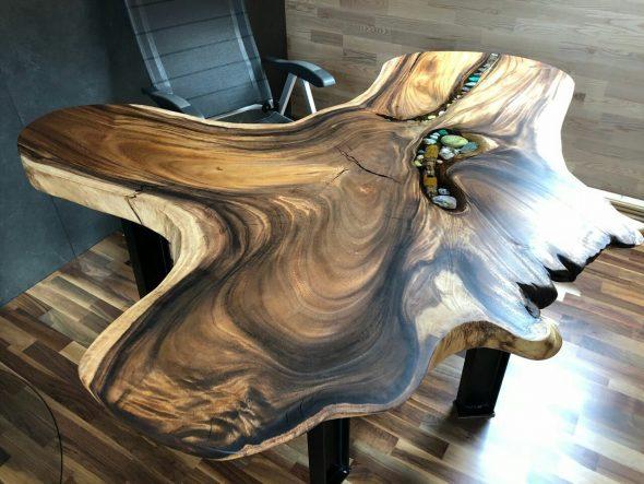 Рабочий стол из среза дерева