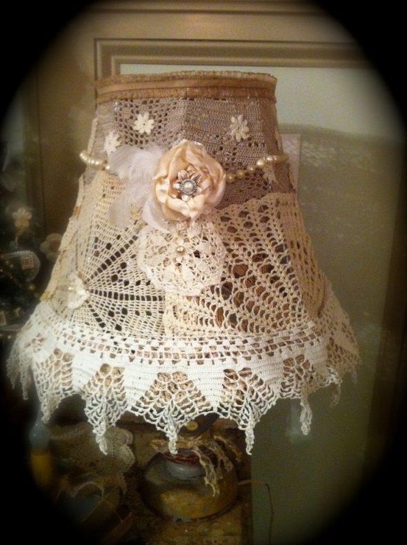 Укражение кружевом на абажуре настольной лампы
