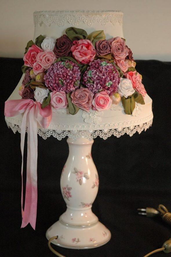Атласные розы на абажуре настольной лампы