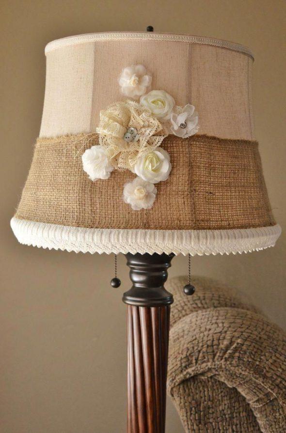 Декор из мешковины на абажуре настольной лампы