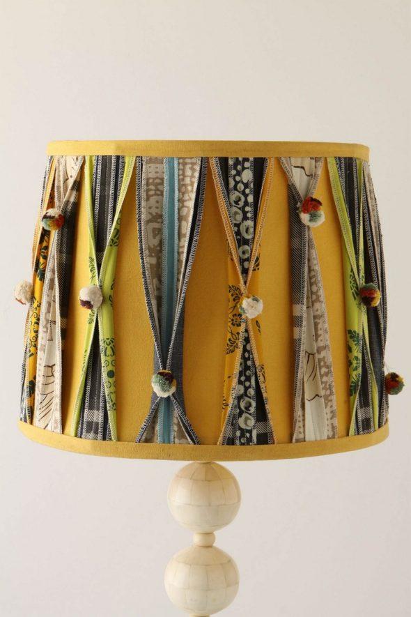 Декор из тканевых лент на абажуре настольной лампы