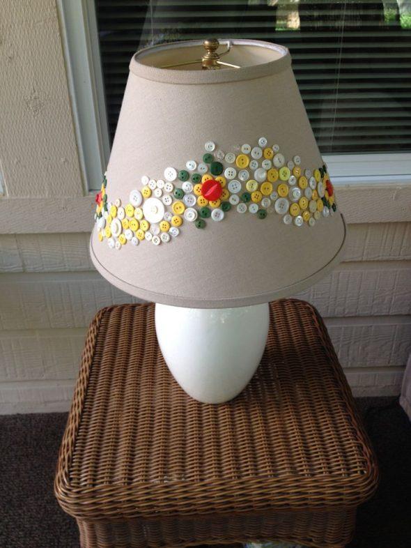 Декор абажура настольной лампы пуговицами