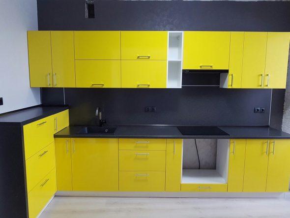 Кухня в жёлтом и тёмно-сером цвете