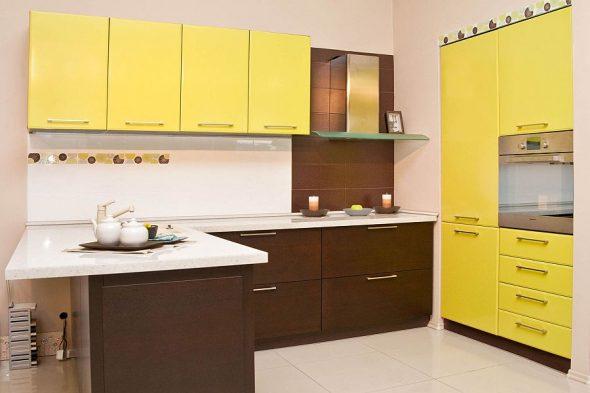 Жёлто-коричневая кухня
