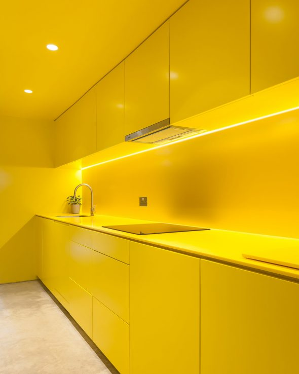 Жёлтая кухня в жёлтом интерьере