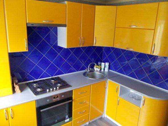 Жёлтая кухня с синей плиткой