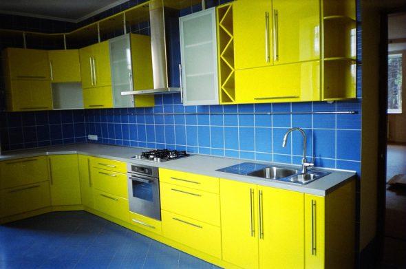 Жёлтая кухня с синими акцентами