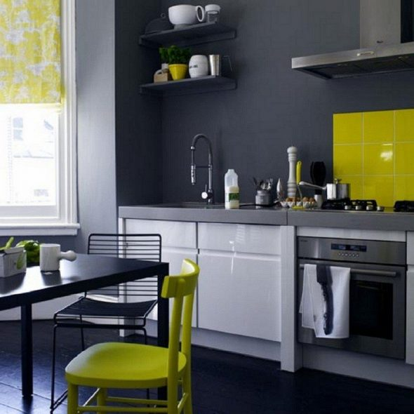 Жёлтый цвет в серой кухне