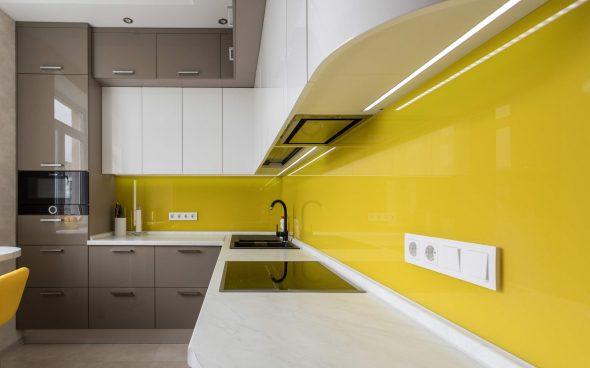 Жёлтый фартук на кухне и серо-белый гарнитур