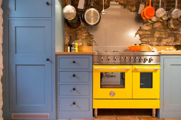 Жёлтая плита в интерьере кухни