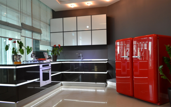 Бытовая техника красного цвета на кухне
