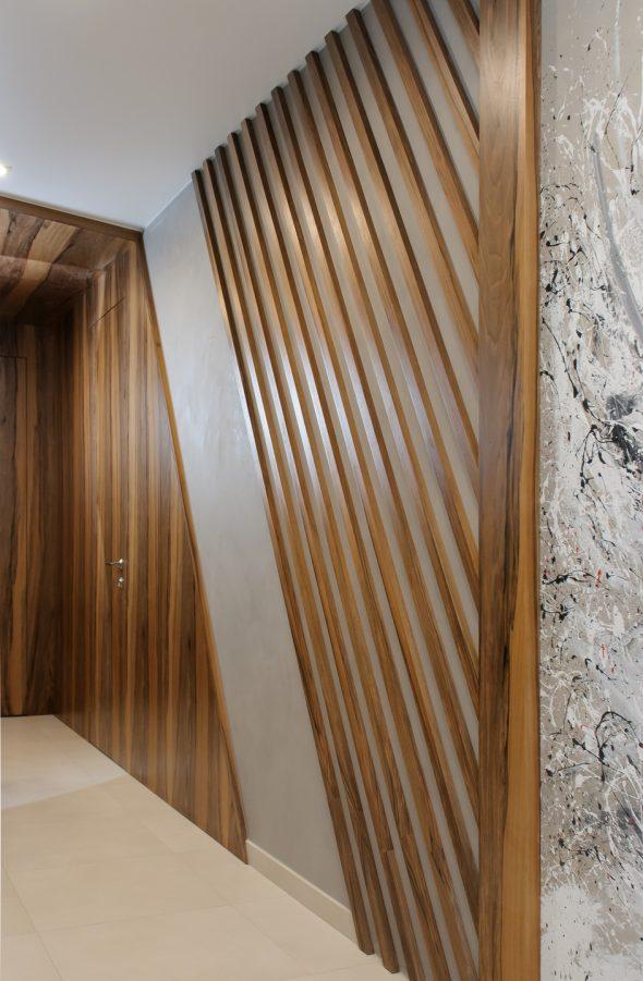 Деревянные рейки в оформлении коридора