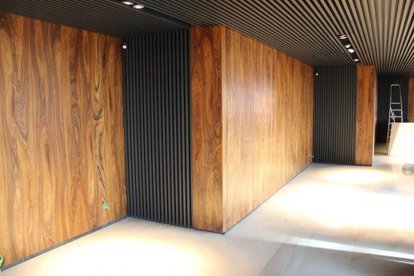 Окрашенные деревянные конструкции с подсветкой
