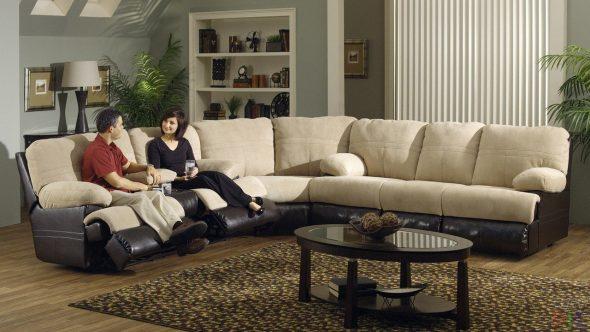 Большой диван в интерьере гостиной