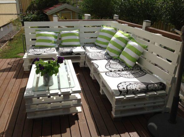 Угловой диван из деревянных поддонов