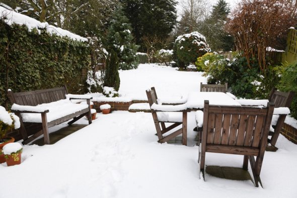Деревянная мебель зимой на улице