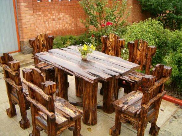 Комплект из стола и стульев в стиле грубообработанного дерева