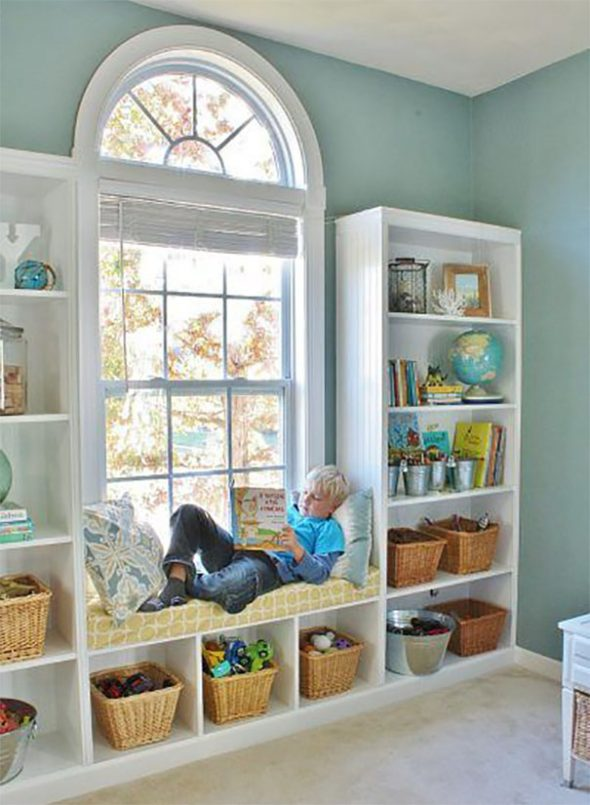 Оформление окна в детской для мальчика