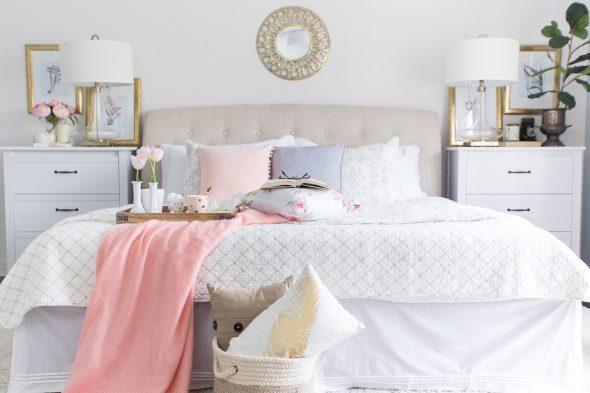Розовые акценты в пастельной спальне