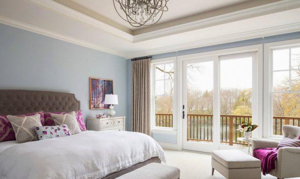 Голубая спальня с яркими акцентами