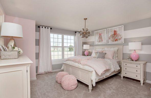 Нежно-розовый и серый цвета в спальне