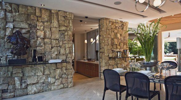 Отделка стен крупными необработанными камнями