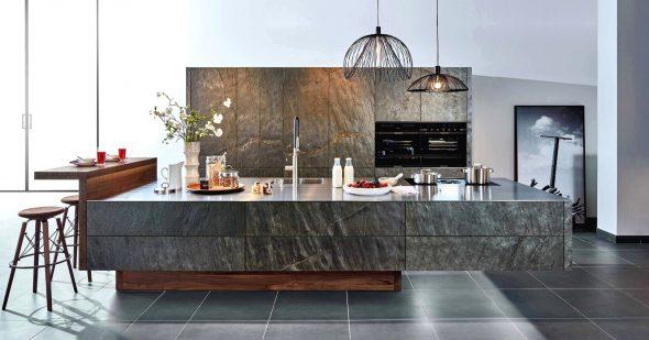 Эффектная кухня с каменными фасадами