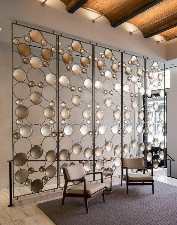 Декоративная перегородка из металла и стекла