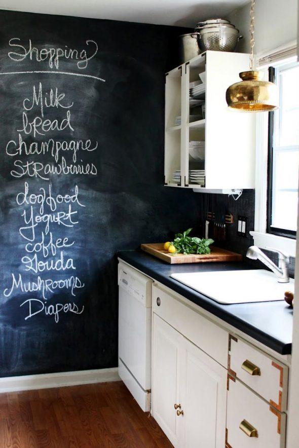 Интерьер кухни с чёрной меловой стеной