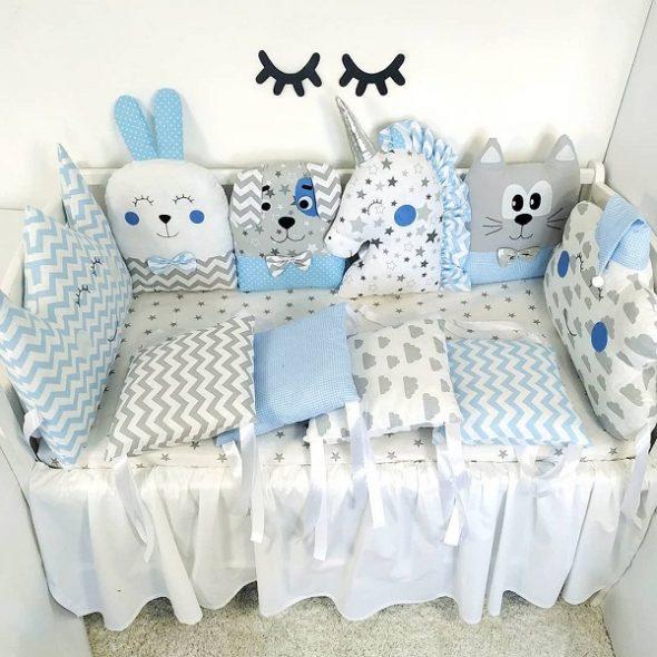Детская кровать с декоративными подушками