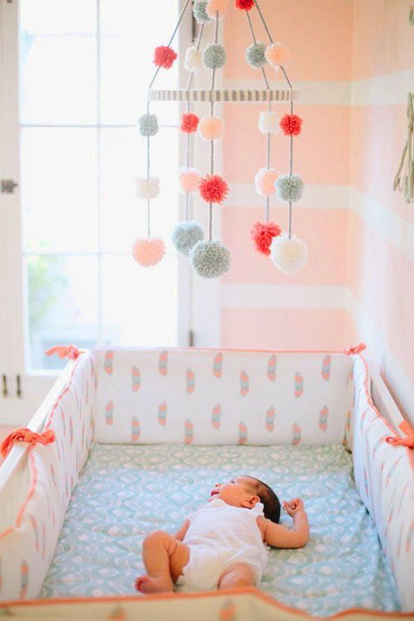 Мобиль над детской кроваткой