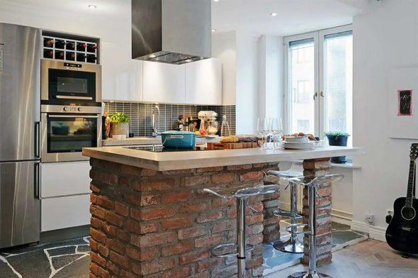 Кухня-студия с барной стойкой из кирпича